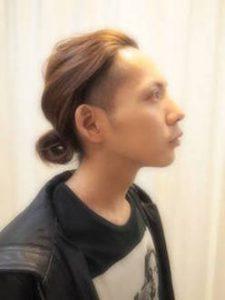 後ろ髪を結ぶ髪型