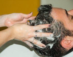 頭皮をアッサージしながら洗う